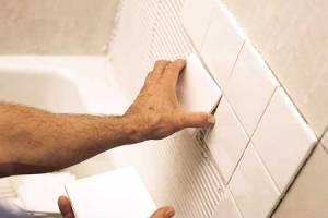 на стену в ванной