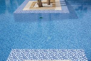 стеклянная а для бассейна бассейне необходимо сделать подготовительные работы. Когда поверхность бассейна выровнена при помощи специальных водостойких составов, основание надо прогрунтовать, но для этого надо использовать не обычную грунтовку, а специальный её состав толщиной до 6 мм.