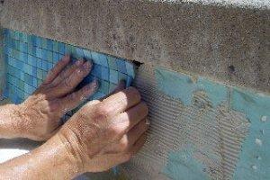 укладка на стену бассейна