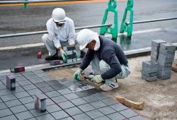 Как укладывать тротуарную плитку, видео материал от профессионалов