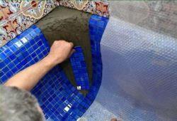 Как класть мозаичную плитку на сетке