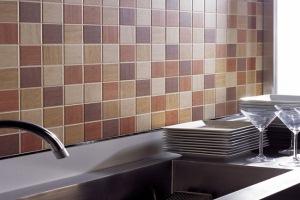 Как класть плитку на стену в ванной и кухне