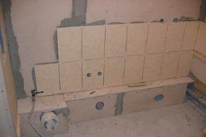 Как класть плитку на стены в ванной: видео и фото